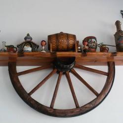 Рафт  -  етажерка от автентично колело на каруца