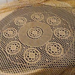 Нова плетена покривка за маса, една кука.