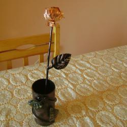 Ръчно изработени ваза и роза с елементи от ковано желязо.