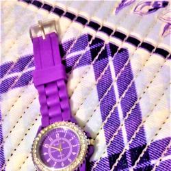 Спортно-елегантен дамски лилав часовник с камъчета