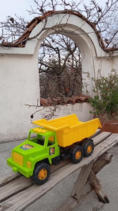 Голям детски пластмасов камион самосвал за возене бутане и яздене