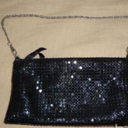 малка черна офицялна чантичка
