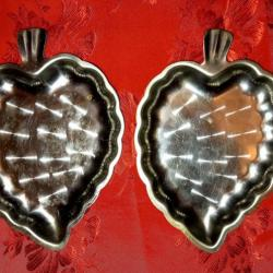 Две метални форми за ядки