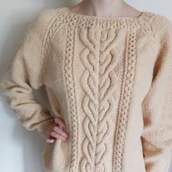 Ръчно плетен пуловер с аранови елементи