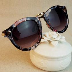 Слънчеви очила с рамки с флорален мотив.