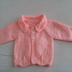 Ръчно плетена бебешка жилетка