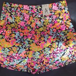 Нови шарени панталонки тип пола панталон