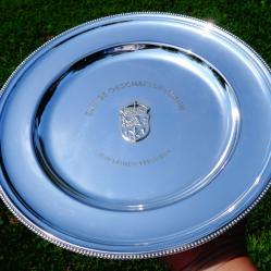 Посребрена чиния с корона, лъв и тамплиерски знак.