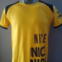Жълта тениска с черни мотиви за мъже.
