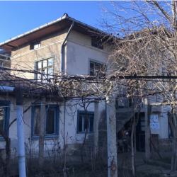 Продавам двуетажна къща с двор в с. Ореш, обл. Велико Търново