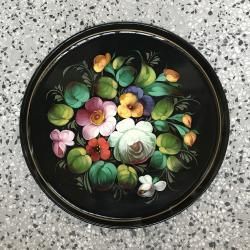 Поднос за сервиране с ръчно рисувани мотиви