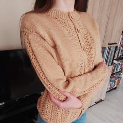 Ръчно плетена кафява жилетка с ажурни мотиви